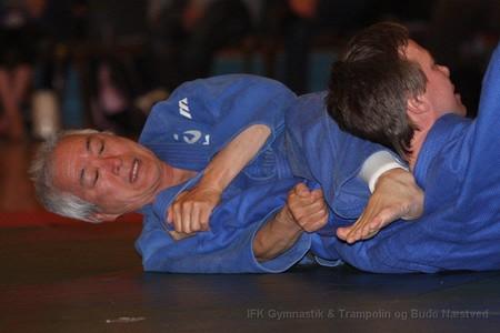 Billedet viser et holdegreb fra judo.