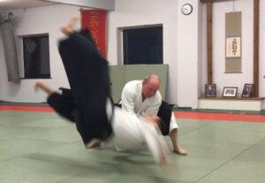 Der vises et kast fra aikido